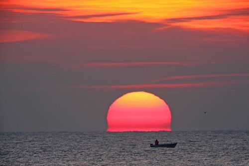Sunset-atmospheric-refraction-and-mirages